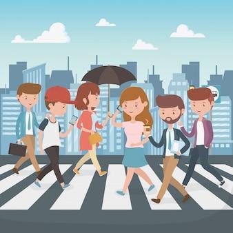 Młodzi ludzie chodzą po ulicznych postaciach