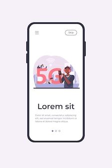 Młodzi ludzie korzystający z szybkiego bezprzewodowego połączenia internetowego 5g. mężczyźni i kobiety korzystający z urządzeń cyfrowych z bezpłatnym miejskim wi-fi. szablon aplikacji mobilnej ilustracji wektorowych