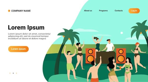 Młodzi ludzie korzystający z tropikalnej imprezy o zachodzie słońca z dj. dziewczyny i chłopaki w strojach kąpielowych tańczą do muzyki na plaży