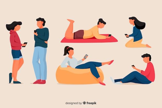 Młodzi ludzie posiadający swoją kolekcję smartfonów
