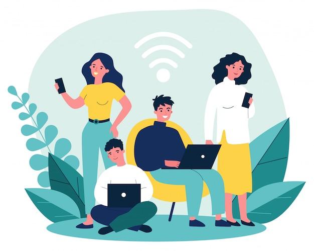 Młodzi ludzie przeglądający internet za pomocą laptopa i smartfonów