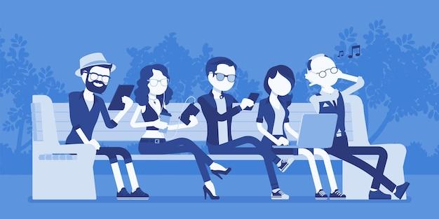 Młodzi ludzie z gadżetami na ławce. zróżnicowane grupowe siedzenie za pomocą smartfona, tabletu, laptopa, robienie zdjęć i nagrywanie wideo. ilustracja wektorowa z postaciami bez twarzy