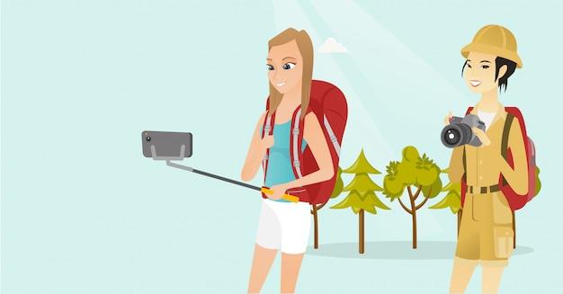 Młodzi wieloetniczni podróżnicy robią selfie.