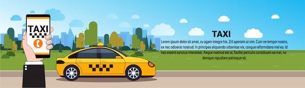Mobilna taksówka serwis ręka trzyma inteligentny telefon z zamówienia online aplikacji nad żółty kabiny samochodu na drodze szablon poziomy baner