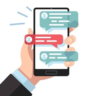 Mobilne powiadomienia sms. ręka ze smartfonem z wiadomościami tekstowymi online.