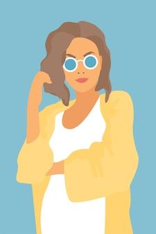 Modna kobieta w okularach przeciwsłonecznych.