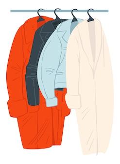 Modne ubrania na wieszaku z płaszczami na górze