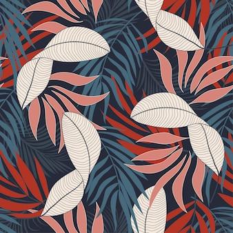 Modny tropikalny wzór z jasnymi czerwonymi i niebieskimi kwiatami