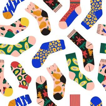 Modny wzór kolorowych jasnych skarpet na białym tle