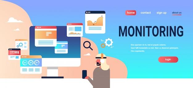 Monitorowanie strony docelowej koncepcji z biznesmenem