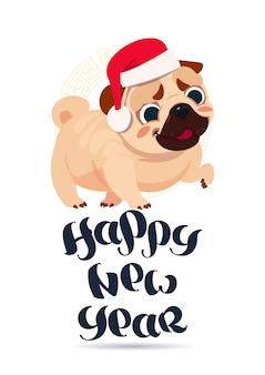 Mopsa pies w santa kapeluszu na szczęśliwego nowego roku kartka z pozdrowieniami wakacyjnym sztandarze