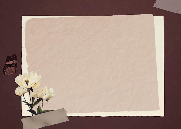 Motyl z białymi piwoniami i wektorem tła z brązowego papieru