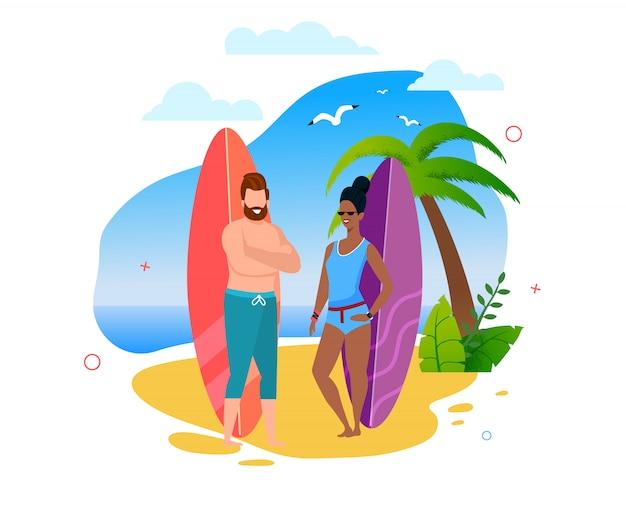 Multiracial surfers couple stoi na sunny beach. kreskówka kaukaski mężczyzna i afro amerykańska kobieta. letni sport i rekreacja. podróże i ekstremalne wakacje w święta