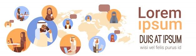 Muzułmańscy ludzie rozmawiają z mediami sieć społeczna arabscy mężczyźni i kobiety nad mapą świata