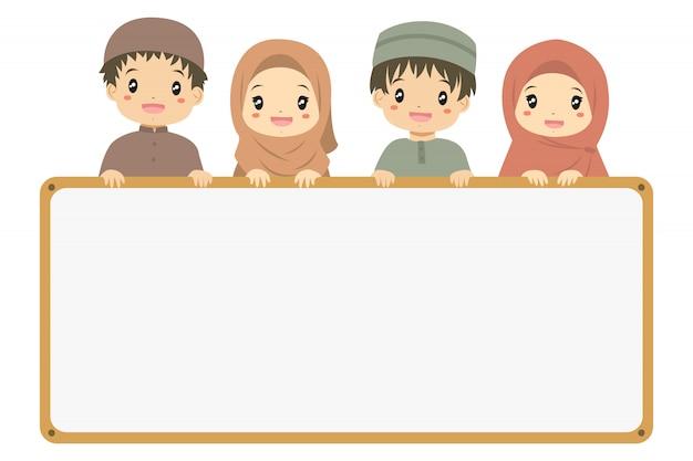 Muzułmańscy mali chłopcy i dziewczęta trzymający pustą tablicę. muzułmańskie dzieci kreskówki.