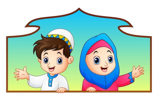 Muzułmańska dzieciak para trzyma drewno ramę i świętuje ramadan