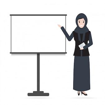 Muzułmańska kobieta stoi i prezentacja