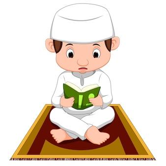 Muzułmański chłopiec modląc się