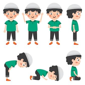 Muzułmański chłopiec modli się w różnych pozycjach