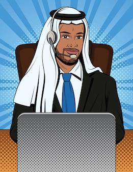 Muzułmański pracownik biurowy komunikuje się z klientami za swoim laptopem