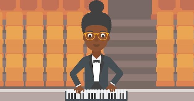 Muzyk grający na fortepianie.