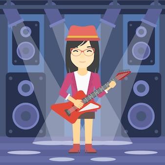 Muzyk grający na gitarze elektrycznej.