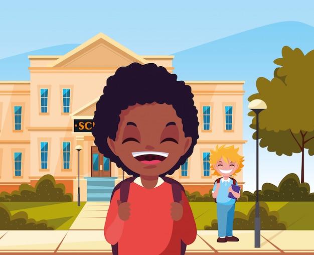 Na zewnątrz budynku chłopcy wracają do szkoły