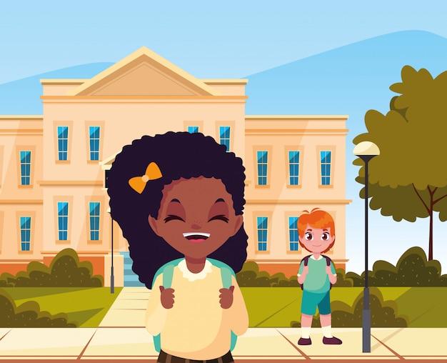 Na zewnątrz budynku chłopiec i dziewczynka wracają do szkoły