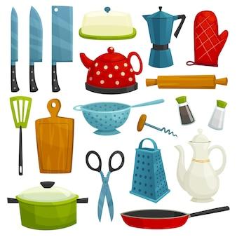 Naczynia kuchenne na białym tle. przybory kuchenne i sztućce siekierka, nóż, ekspres do kawy, czajnik, dzbanek, łopatka, deska do krojenia, tarka, nożyczki, patelnia patelnia sól pieprz korkociąg durszlak