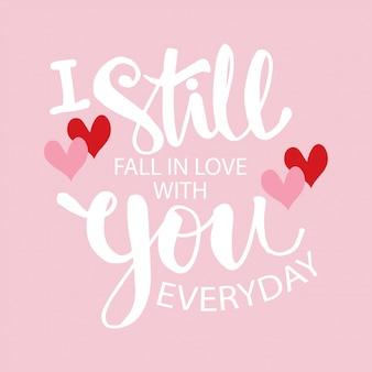 Nadal się w tobie zakochuję każdego dnia. odręcznie napis nowoczesny pędzel.
