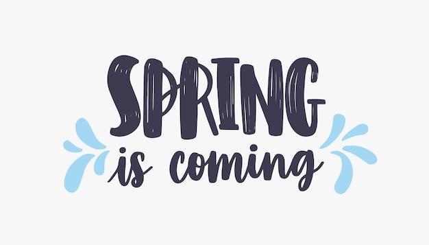 Nadchodzi wiosna napis lub napis napisany kreatywną czcionką i ozdobiony niebieskimi kroplami.