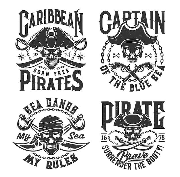 Nadruki na koszulce z czaszką pirata w przekrzywionym kapeluszu oraz skrzyżowanymi szablami i pistoletami. maskotka wektor dla odzieży. projekt koszulki z nadrukiem z typografią. monochromatyczne na białym tle emblematy lub etykiety karaibów jolly roger