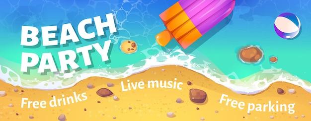 Nagłówek imprezy na plaży z widokiem z góry na letni brzeg morza