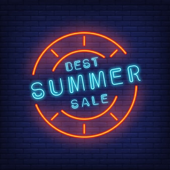 Najlepsza letnia wyprzedaż w neonowym stylu. ilustracja z niebieskim tekstem w okrągłej ramie i czerwony znaczek