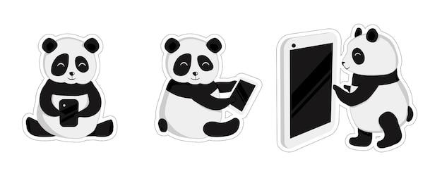 Naklejki chińskie pandy, 3 urocze małe zwierzątka. kreskówka pandy z telefonem komórkowym na białym tle. pandy na czacie w gadżecie i tablecie. płaski styl dla posłańca. izolować.