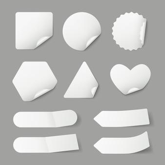 Naklejki papier puste etykiety z realistycznymi cieniami i zwinięte rogi szablon