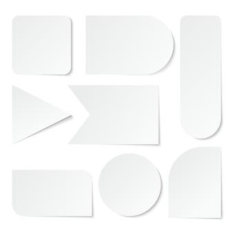 Naklejki papierowe puste białe etykiety, metki o różnych kształtach. zestaw na białym tle