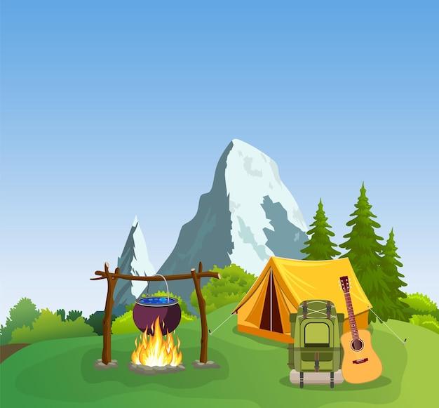 Namiot turystyczny na tle góry i drewna.