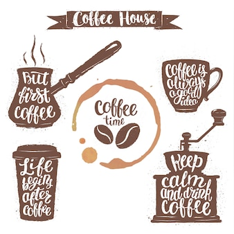Napis na kawę w filiżance, młynku, kształcie garnka i plamie na filiżankę.
