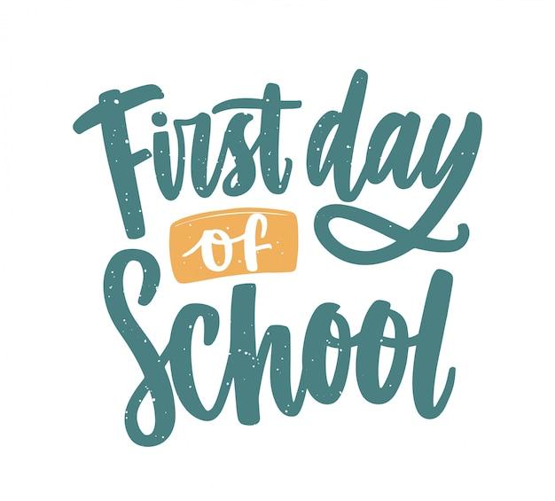 Napis na pierwszy dzień szkoły wykonany odręcznie eleganckim pismem kaligraficznym.