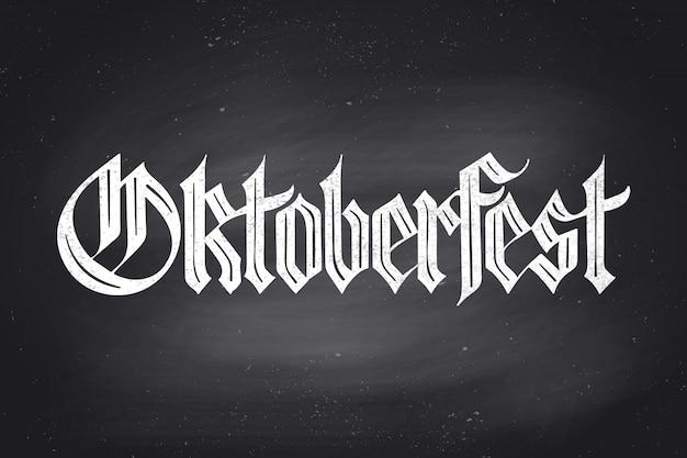 Napis oktoberfest na festiwal piwa oktoberfest. ręcznie rysowane napis czcionką fraktur na tablicy na motywy menu barowego, t-shirt i piwo. święto oktoberfest. ilustracja