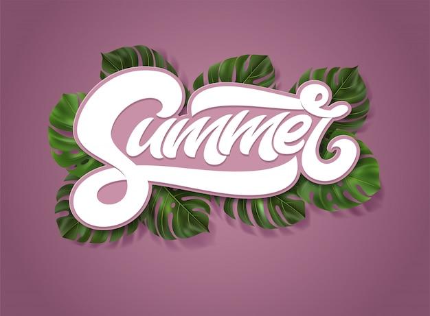 Napis summer z tropikalnymi liśćmi monstera na różowym tle. ilustracja z napisem odręcznym na okładkę, plakat, baner, zaproszenie, sieć. faux pogrubiona typografia.