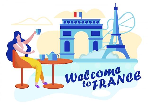 Napisany plakat informacyjny witamy we francji. paryż jest najpopularniejszym miejscem turystycznym. reklama niezależne wycieczki selekcyjne podczas podróży. kobieta pije kawę.