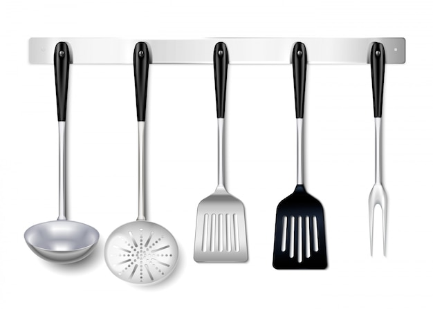 Narzędzia kuchenne naczynia metalowy wiszący stojak zbliżenie realistyczne z kadzi widelec skimmer gotowania widelec