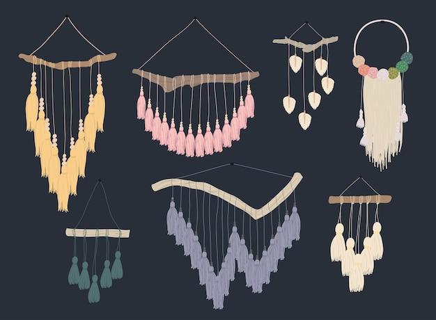 Naścienne draperie z makramy. zestaw eleganckich, ręcznie robionych dekoracji do domu wykonanych z bawełnianego sznurka na białym tle.