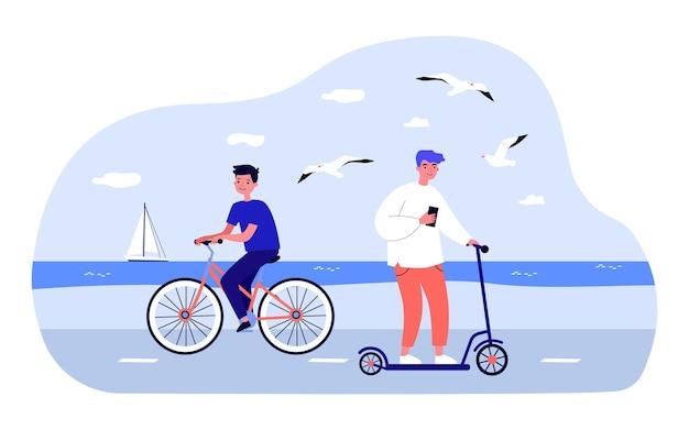 Nastolatki jeżdżące na rowerze i skuterze wzdłuż wybrzeża. ilustracja wektorowa płaski. chłopcy cieszą się letnią przyrodą, bawią się, jeżdżą na rowerach i skuterach. rozrywka, młodzież, lato, koncepcja pojazdu