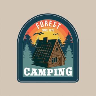Naszywka vintage, z drewnianym domkiem na wsi w lesie na relaks na łonie natury. przygoda, podróż, letni camping, outdoor, podróż