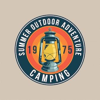 Naszywka vintage, ze starą lampą gazową do podróży, eksploracji, oświetlenia w lesie. przygoda, podróż, letni camping, outdoor, podróż.