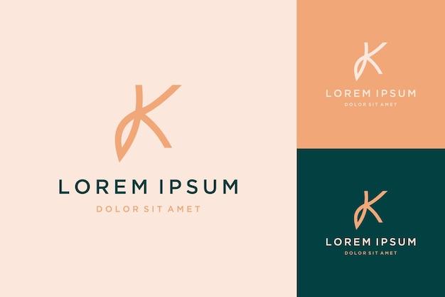 Naturalny projekt logo lub monogram lub inicjały k z liściem