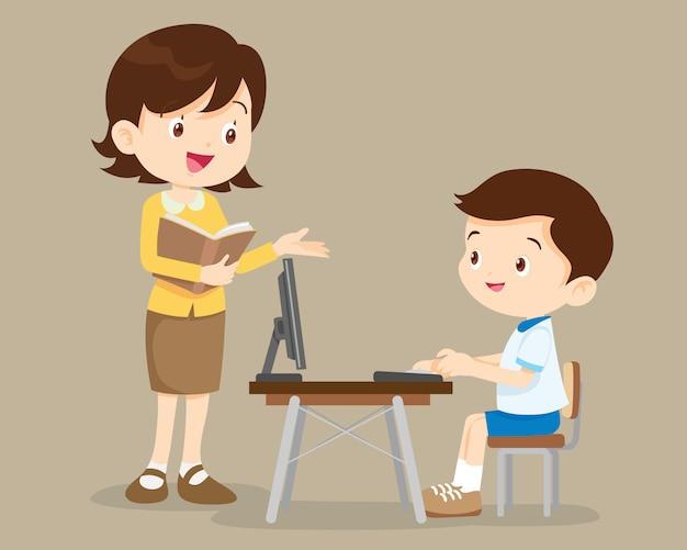 Nauczyciel i uczeń chłopiec uczy się komputer